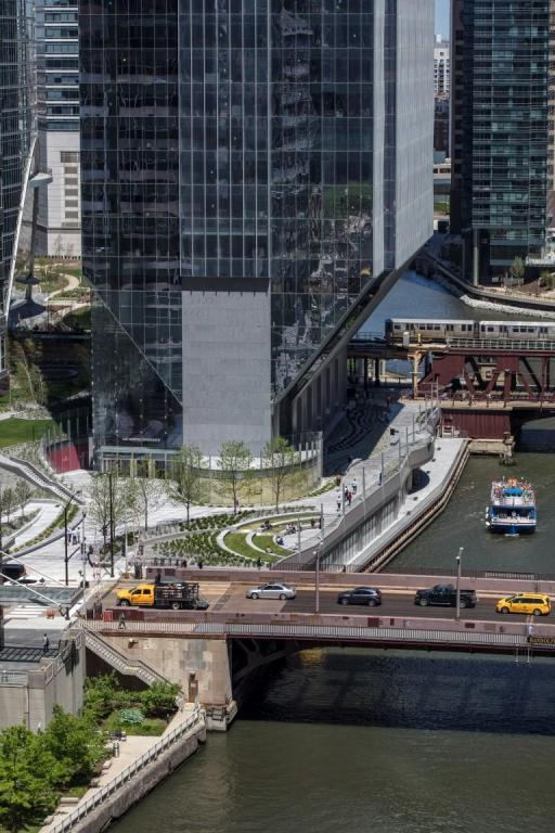 entry-plaza-150-north-riverside-atrium-saflex