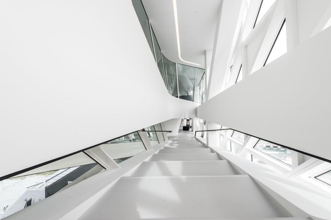 antwerp-havenhuis-saflex-clear-lobby-stairs